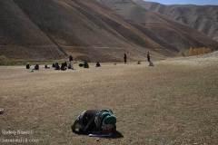 دختر هزاره در حال امتحان دادن روی زمین