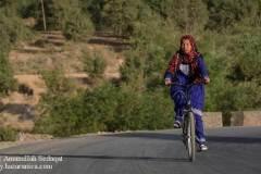 دختر هزاره در دایکندی بایسکلسواری میکند.